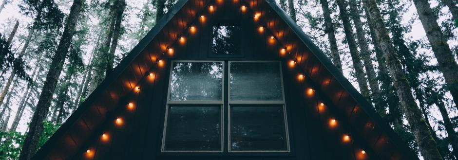 A cabin in the woods with beautiful holiday lights